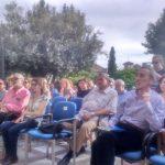 Detalle con poetas y parte del público asistente. Jardín del Carmen del Aljibe del Rey, sede de la Fundación Agua Granada