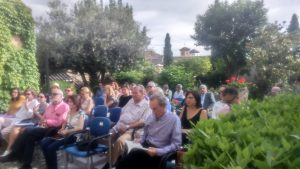 En el jardín con poetas y parte de público asistente — en Granada.