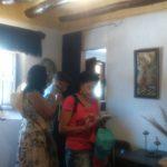 Detalle del interior de la casa con los poetas