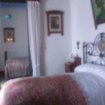 En primer plano, dormitorio de los padres de Fedrico, al fondo, el dormitorio de Fedrico