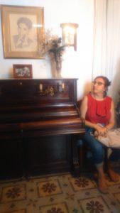 Teresa Ramos junto al piano en el salón de la casa museo de Federico