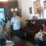 En el salón de la casa durante la visita guiada. A la derecha, Teresa Ramos