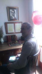 José Elgarresta en la habitación de Federico García Lorca ante el escritorio que fuera del padre del poeta