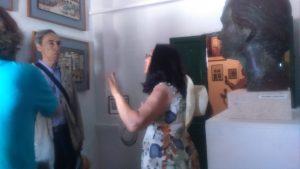 José Elgarresta escuchando las explicaciones de Mari Carmen, esposa de Francisco Vaquero Sanchez, nuestro guía