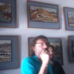 Javier Arnaiz contemplando y estudiando los mosaicos de Isabel Roldán García. Estos estaban hechos con los restos de piedra que quedaban en el taller de Eduardo Carretero después de hacer sus esculturas.