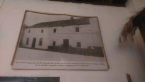 La casa de la izquierda es de Frasquita Alba (en quien Federico se inspiró para escribir Bernarda Alba) y la de la derecha es la casa de los tíos de Federico, los Delgado García.