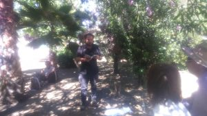 Miguel Martínez López recitando en el parque