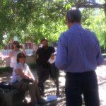 Aquí, escuchando a José Elgarresta, parte del público asistente al recital de Miguel Martínez López