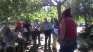 Teresa Ramos y parte del público congregado en el parque