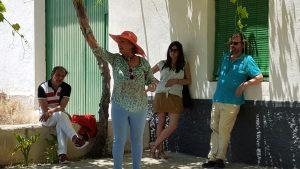 Joaquina Joaki Cañadas Blanca recitando, Guy Oliveros la escucha sentado, Javier Arnaizr atiende apoyado en el alféizar de la ventana y los demás estamos cerca.